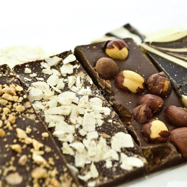 Villa General Belgrano - Süss - Caja de Chocolate Artesanal Negro con Leche, Negro Amargo y Blanco, con Almendras Avellanas y Maní 4